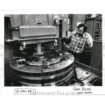 1986 Press Photo Jake Rutz machines the gears for bearing assemblies at Cascade